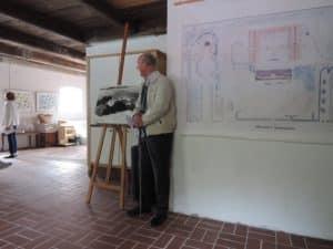 Bengt Lachmann framför trädgårdsritningarna
